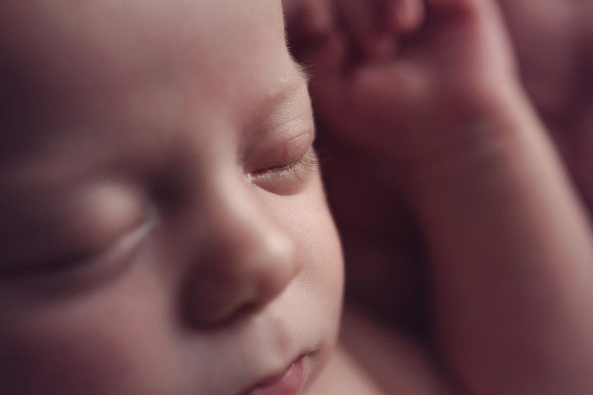 l'arrivée d'un premier bébé - photo détail vissage nouveau-né