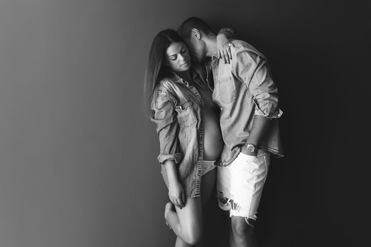 seance photo grossesse en couple photo en noir et blanc fashion