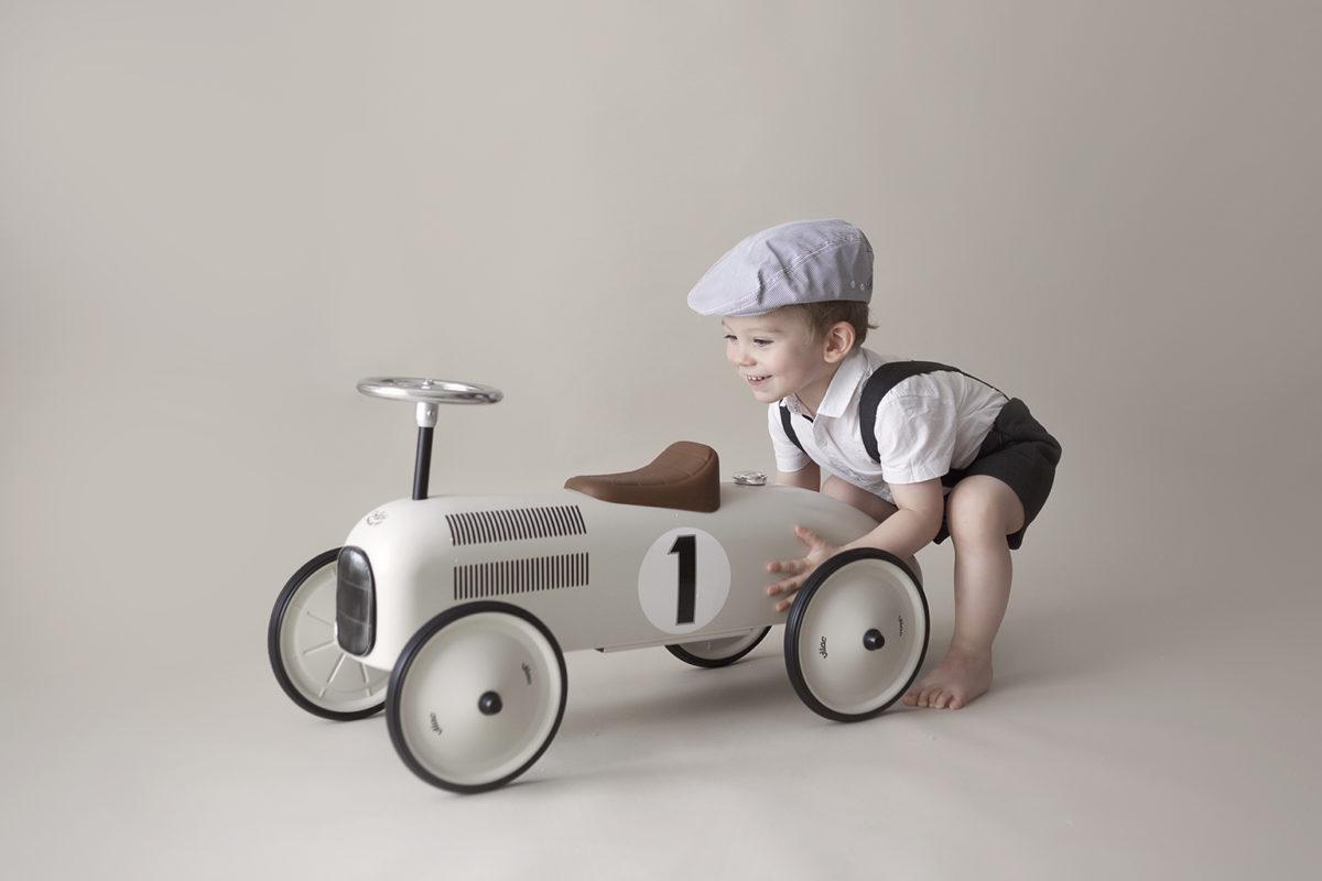 séance photo anniversaire 2 ans avec voiture vintage