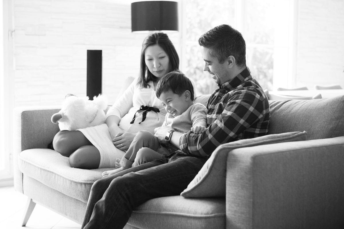 séance grossesse lifestyle famille canapé
