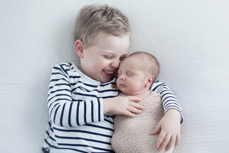 photo frère et soeur nouveau né