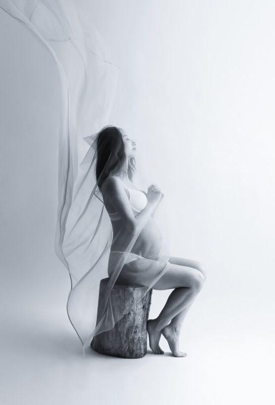 séance photo grossesse artistique avec voilage en noir et blanc