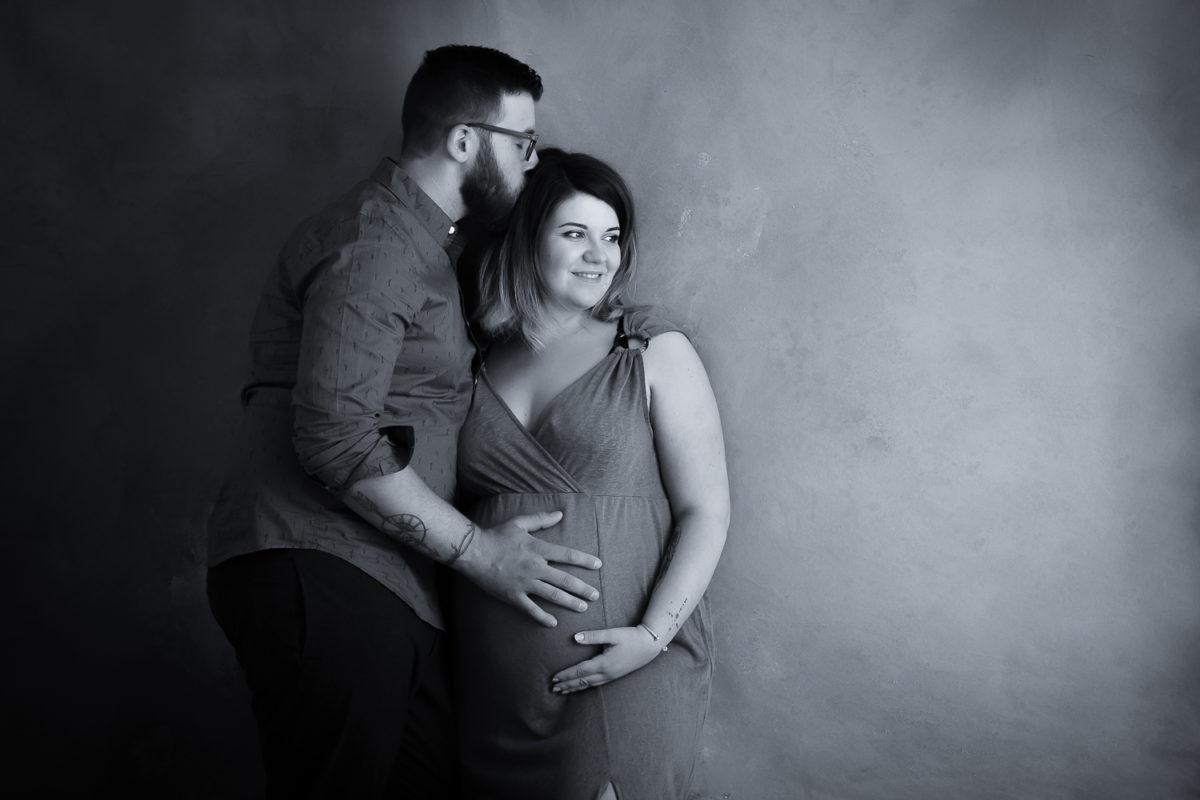 seance photo grossesse en couple en noir et blanc sur fond peint à la main aurelia c; photographies