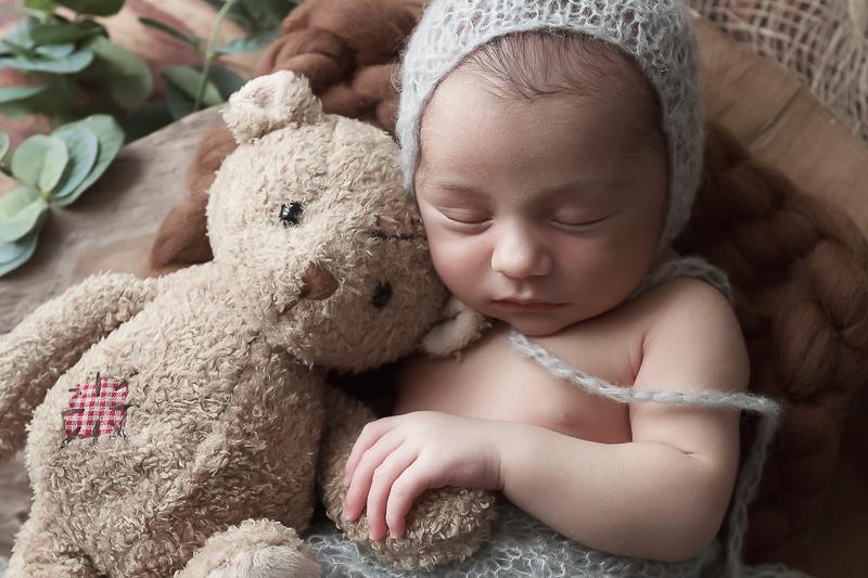 nouveau-né endormi avec son doudou